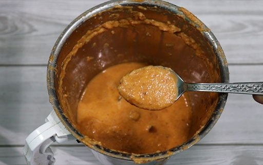 pick-smooth-makhani-paste-with-spoon