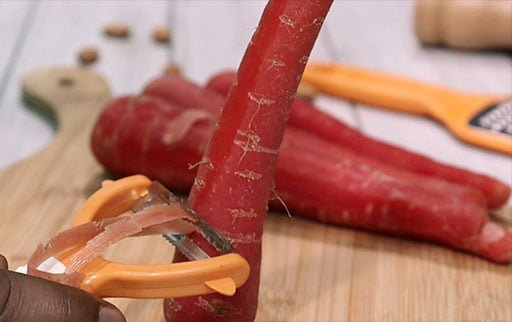 peel-red-carrot-with-peeler