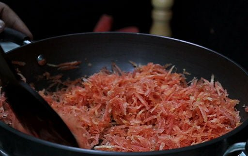cook-grated-carrots-in-low-flame