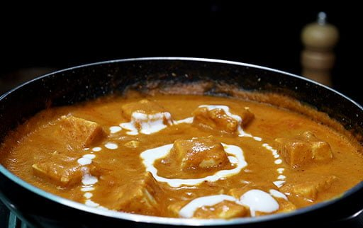 pour-cream-in-paneer-makhani