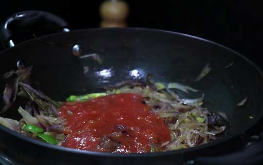 pour-tomato-onion-puree-in-kadai