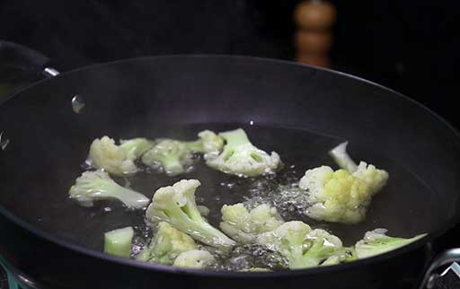 boiled-cauliflower-in-hot-water