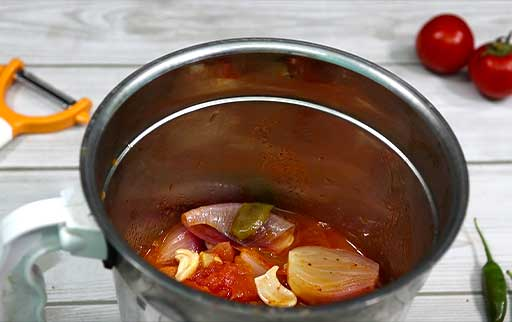pour-boiled-tomato-onion-in-mixture