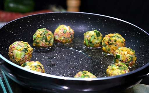 place-manchurian-ball-in-oil-to-fry