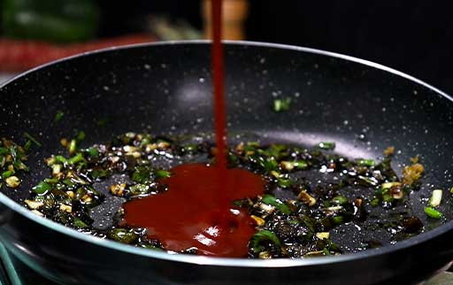 pour-red-chili-sauce