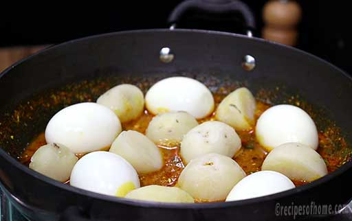 mix-boiled-eggs-and-potatoes-in-gravy