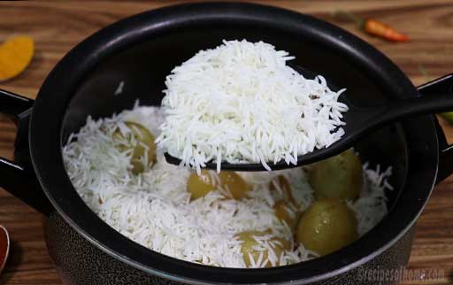 add-second-layer-of-rice-over-boiled-eggs-and-potatoes