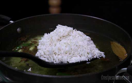 mix-soaked-rice-in-boiling-water