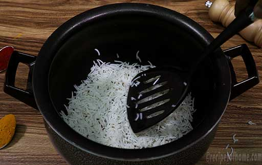 add-first-layer-of-rice-at-the-bottom-of-handi