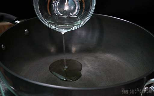 pour-oil-in-pan