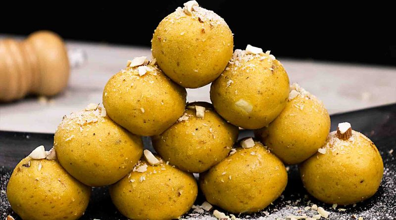 best-homemade-besan-ladoo-recipe-served-on-black-plate-with-sprinkle-chopped-dried-fruits