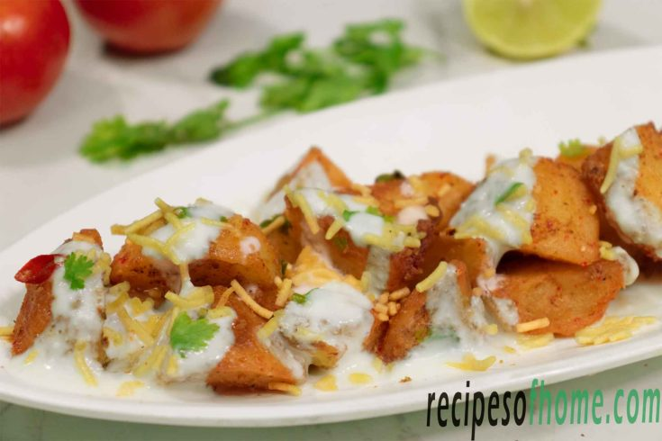 aloo chaat recipe garnish with curd sev and coriander leaves