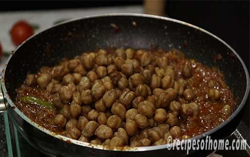 add boil chole in pan
