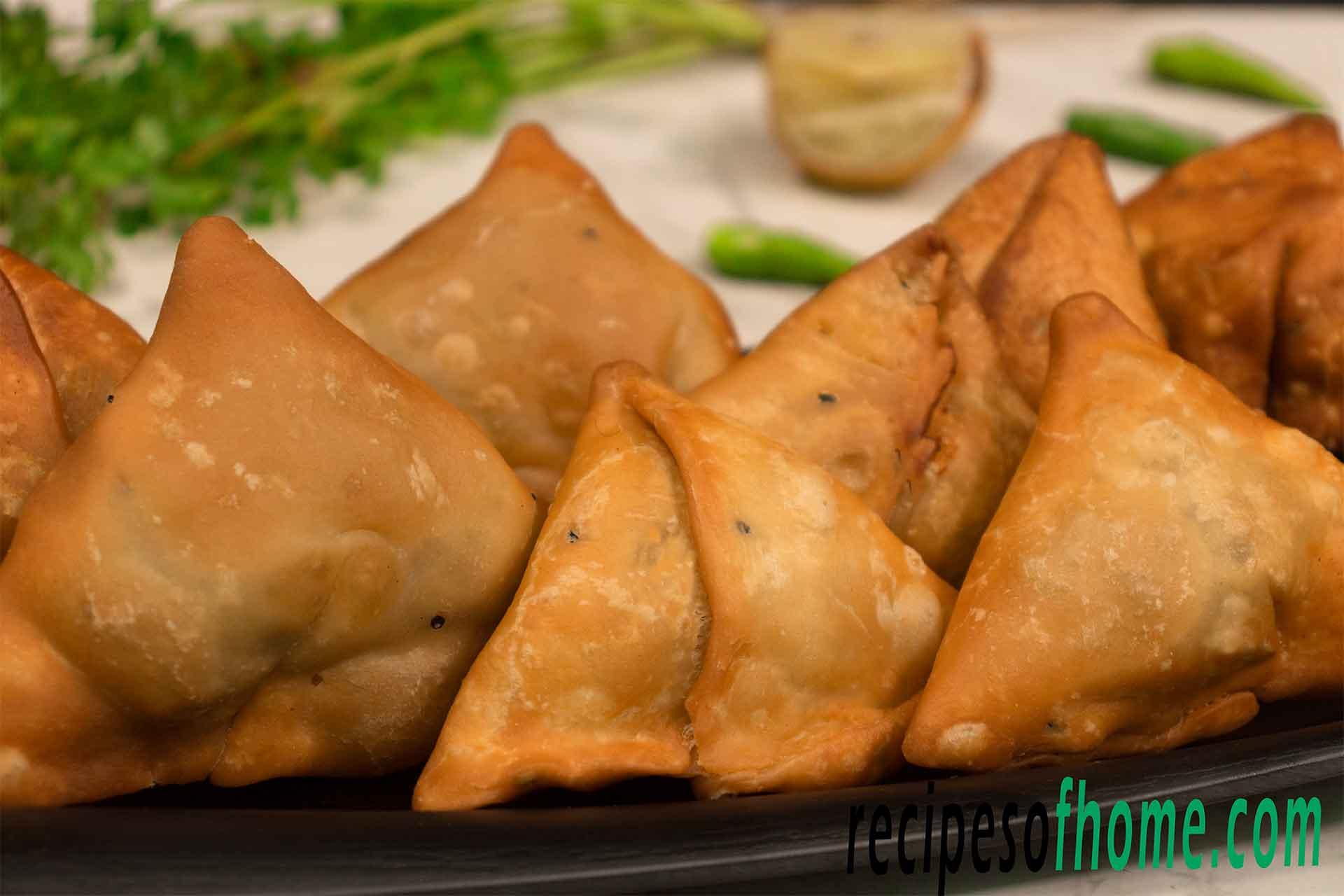 Crispy samosa serve hot on black plate